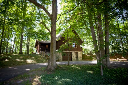 Treehouse Chalet Near Town & Torch Lake - Hus