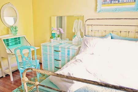 vintage chic beach cottage room - Inap sarapan