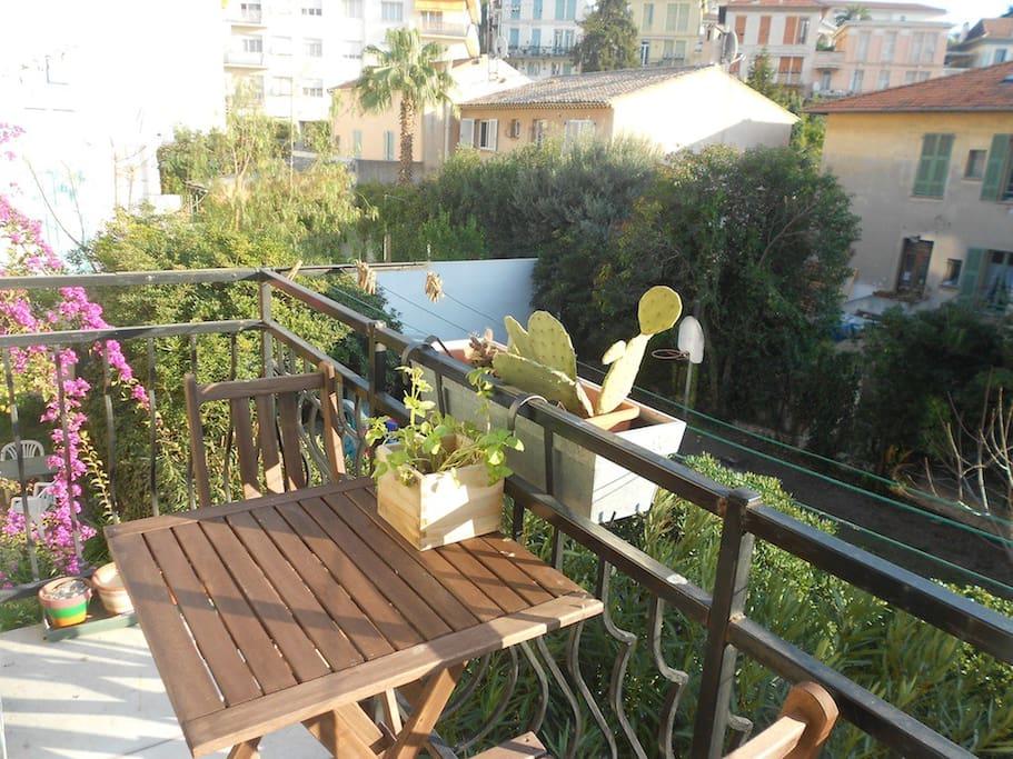 Le balcon donnant sur un grand jardin