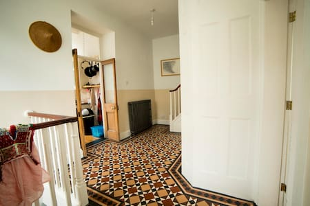 Victorian House near amenities - Glossop - House