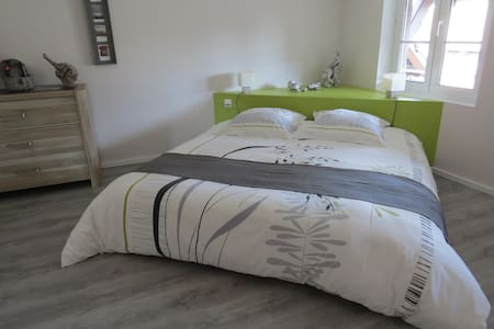 2 adjoining rooms en-suite for 2 to 4(+baby)people - Hus