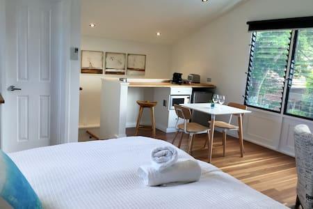 Designer South Perth Studio Home - Huoneisto
