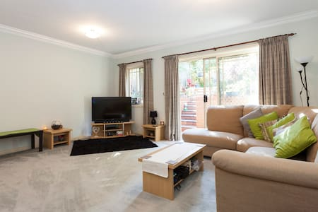 Spacious double bedroom in a cosy townhouse located in a perfect leafy suburb located on the lower North Shore with great public transport options to all major area of Sydney including Sydney CBD, Manly, Chatswood and Hornsby.