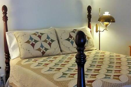 Edna's Room at Twin Gables B&B Inn - Bed & Breakfast