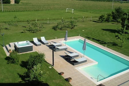 Detached villa with swimming pool. - Huvila