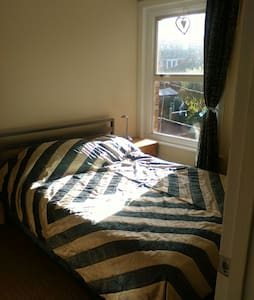 small double room avaliable, set in east cowes town short walk to the ferries and pubs. The house comprises of three bedrooms, a living room a kitchen, utlity area and a nice bathroom with a walk in shower.