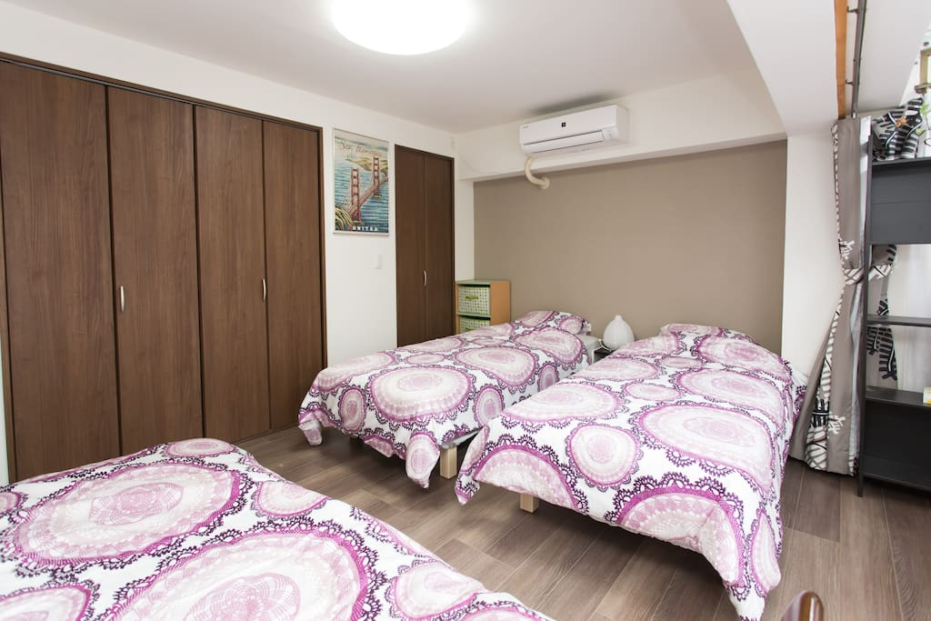 beds in the bedroom with  futon sets/带被褥和垫子的床