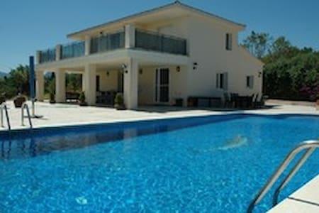 fantastische luxe villa met zwembad - botarell - Villa