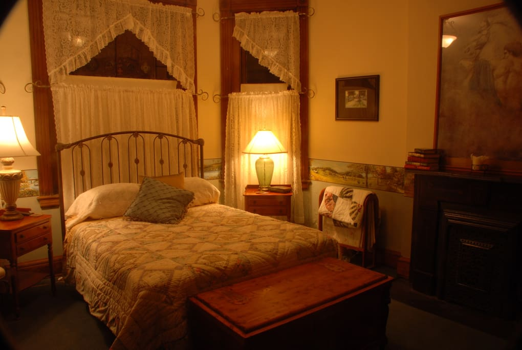 Maysville Room - Queen size Bed - beautiful fireplace