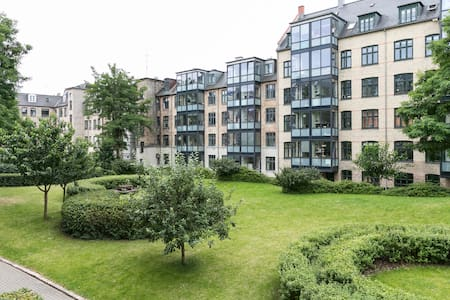 Three-room apartment in the lovely Frederiksberg close to metro station, Frederiksberg Garden and tons of shopping possibilities. The apartment is situated in the heart of Frederiksberg with green and spacious court yard.