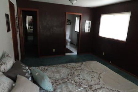 En-suite w/Queen bed @ Cabo on Lowell Drive - Walla Walla - Σπίτι