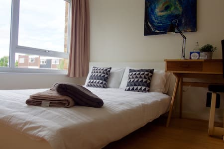 Double Bed in clean, modern flat - Apartamento