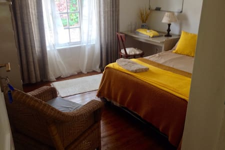 Double bedroom, exclusive use of separate bathroom - Cape Town - Hus