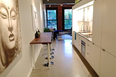 Gastown Heritage Loft (King bed)