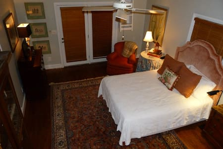 Historic Twickenham ~ Private Carriage House ~ - Huntsville - Casa