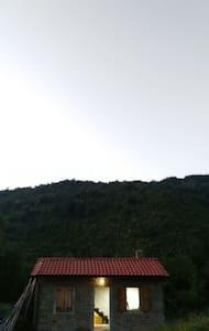Il casottino isolato in montagna - House