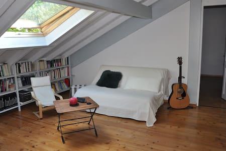 Belle chambre mansardée avec salon - Rumah