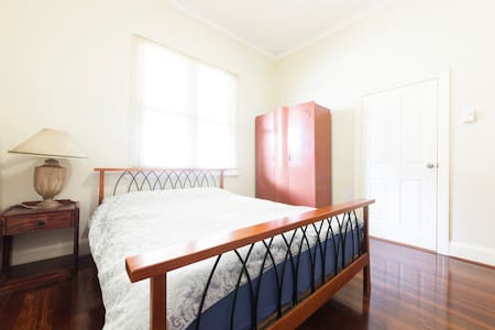 Bedroom 2, Queen Bed, shared Bath - East Victoria Park - Maison