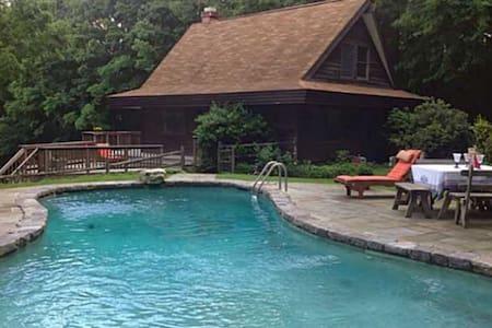 Lake Waramaug  cottage with a pool. - Ház