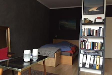 Zimmer im Ostend mit Balkon - Lägenhet