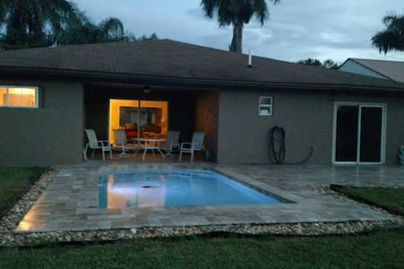 Fort Myers canal, pool & spa home!
