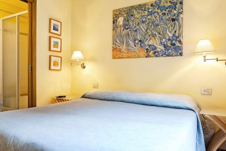 Casa Alba It is a charming B & B located in the heart of the historical center of Lucca, in the central Via Fillungo. We have 4 rooms with private bathroom, satellite TV, air conditioning and Wi-Fi. Continental  and Italian Breakfast .