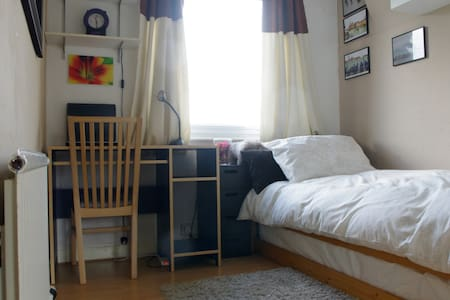 Central Harrow, bright, clean, comfortable room - House