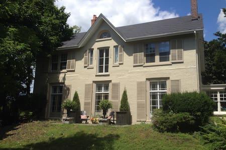 Hazelmead Heritage Century Home - Ház