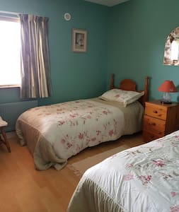 Cosy twin room with secure parking - Ballyshannon