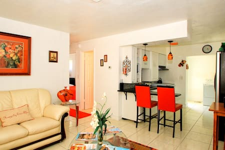 NICE 2BR APT MINS FROM THE ACTION!! - Napels