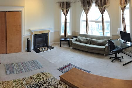 Spacious Room w Jacuzzi & Fireplace
