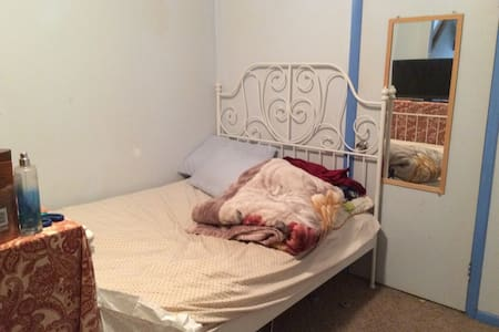 Medium Sized room with bed and TV - Philadelphia - House