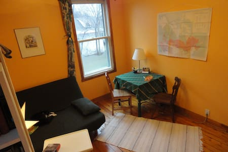 Charming garden facing room  - Pointe-Claire - House