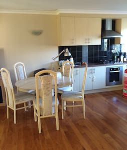 lovely 3 bedrooms near by main road - Macgregor