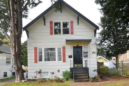 Bright Ballard Entertainer - Seattle - House