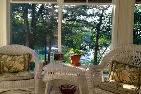 Gorgeous 5 BR Chain of Lakes Waupaca Cottage! - Waupaca - House