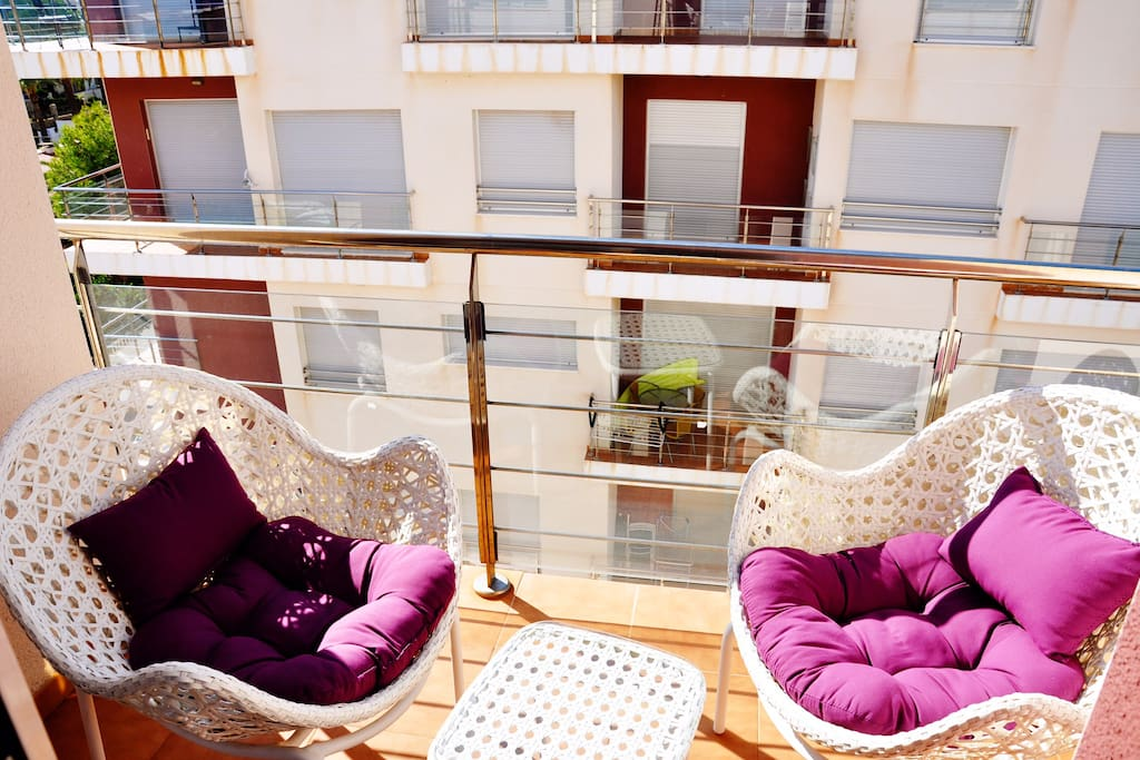 Балкон с удобными креслами и столиком для завтрака