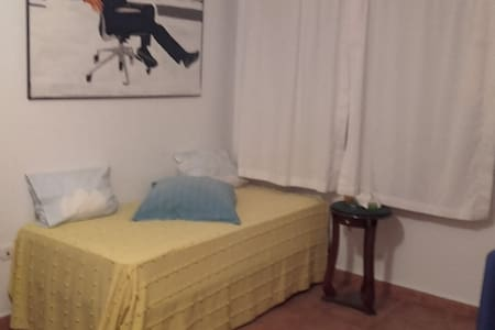 Habitación independiente con salón y patio - Bormujos - Casa a schiera