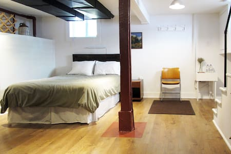 Private studio apt in quiet central neighbourhood - House