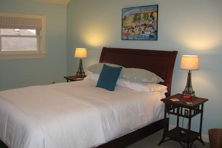 Spacious bedroom with private bath - Albany - Maison