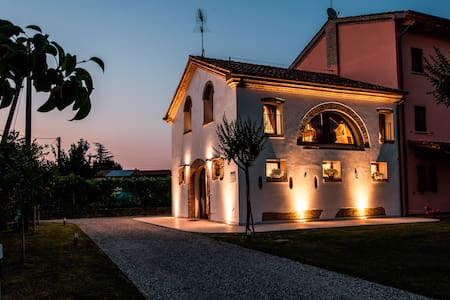 At your disposal a restructured rustic, tastefully furnished and equipped with all the comforts of a modern home. Close to Treviso (city of art) and the amazing Venice (the city on the water)!