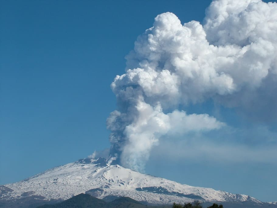 Cloud condensation due to lava on snow during one of the latest eruptions: December 2009
