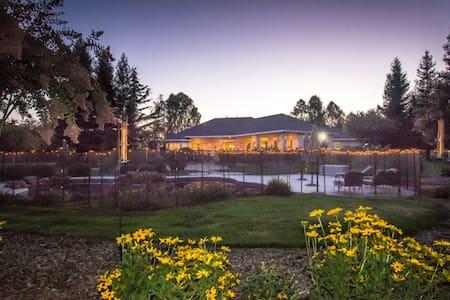 Quiet Luxury Retreat Close To Town - Haus