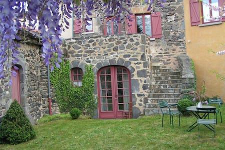 Maison de charme à Chalus (63) - Casa