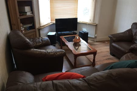 Trendy 2 bedroom house, 5 mins to train and Mall - London