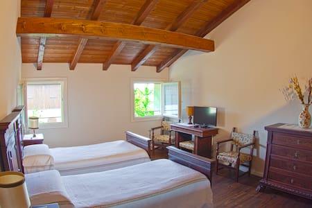 Ampia camera doppia d'epoca - 2 Ospiti - Calderara di Reno - Bed & Breakfast