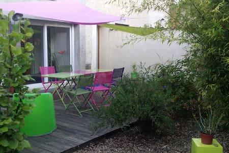Chambre dans une maison verte - Hus