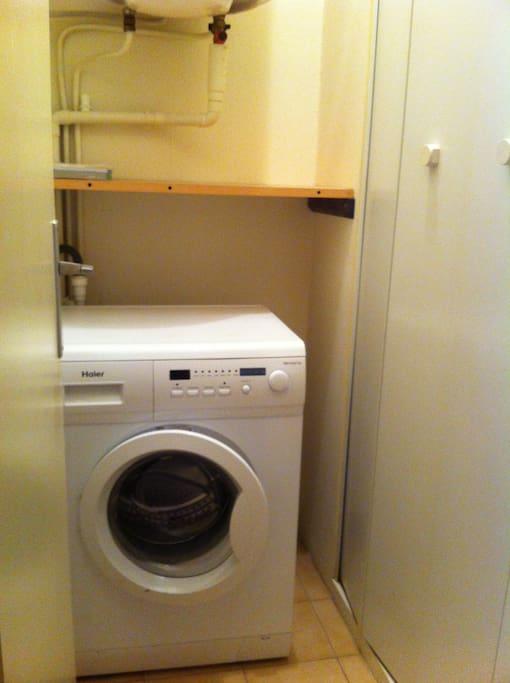 Pièce comprenant placard avec machine à laver