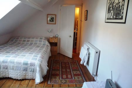 BS6, attic room near Gloucester Rd. - Bed & Breakfast