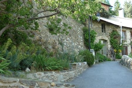 Pyrenees rock house, spectacular views, garden - House